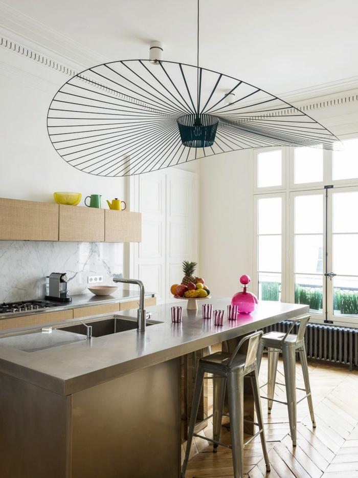 originelle schwarze Lampe, moderne Küche mit Kochinsel und Waschbecken, Fenster im französischen Stil, hölzerne Schränke