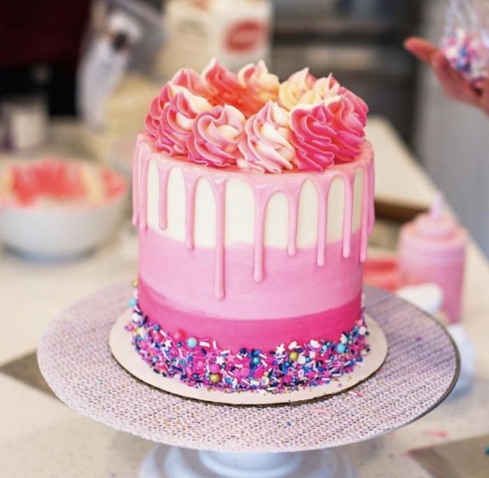 moderne torten, drip cake mit rosa creme, tortendeko zum geburtstag kind, mädchen