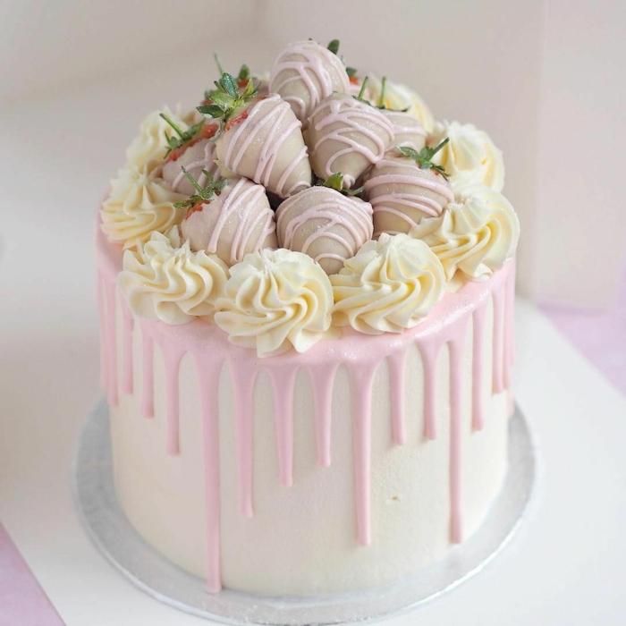 moderne torten zu hochezit, hochzeitstorte mit erdbeerne und rosa chokolade
