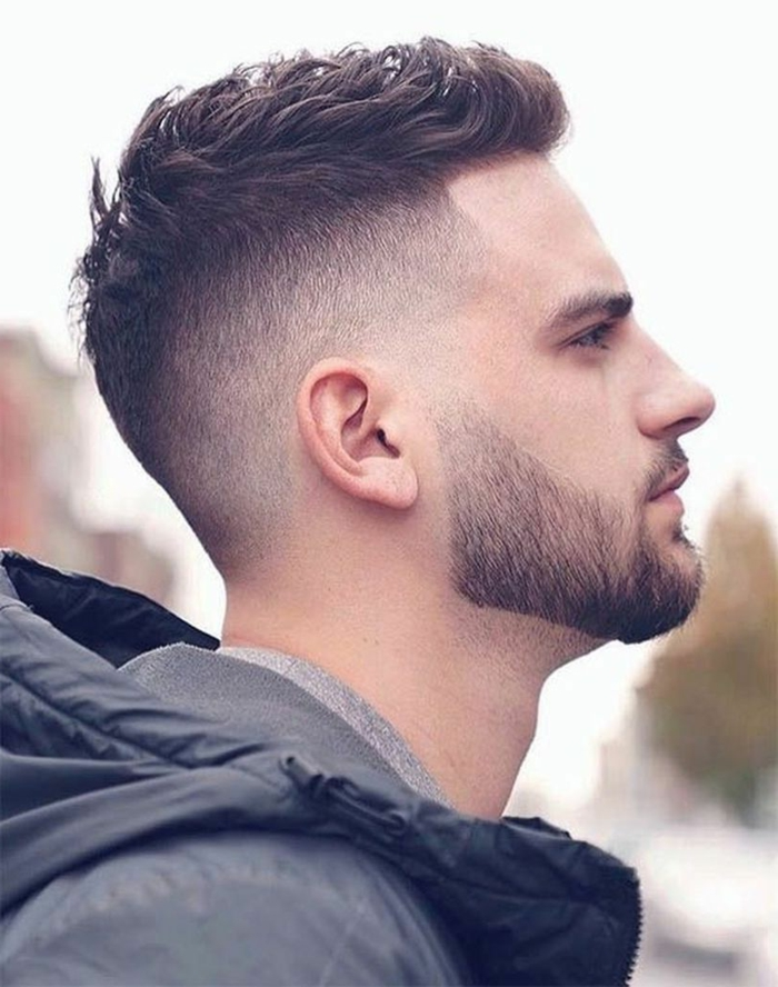 Trend Frisuren 2020, Männerfrisuren mit Undercut, sehr kurze Bart, graue Jacke mit Kapuze, Mann mit braunen Haaren