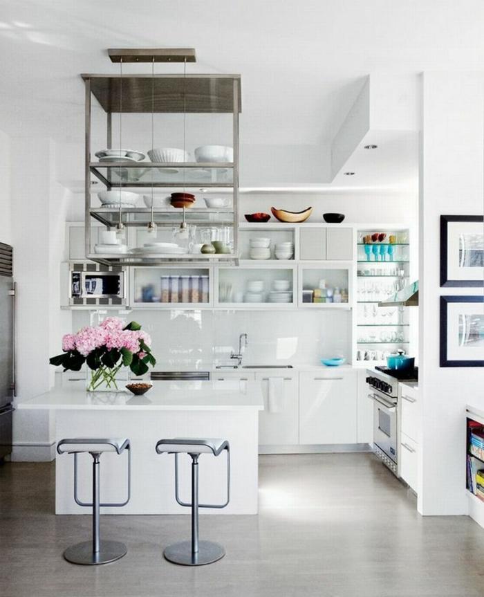 kleine Küche modern einrichten, moderne Küchen mit Kochinsel, monochrome Einrichtung in weiß, Vase mit pinken Blumen