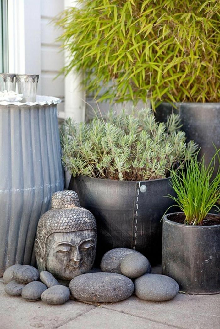 moderner innenhof mit budha statue ideen gartengestaltung große töpfe mit pflanzen dekoration mit steinen