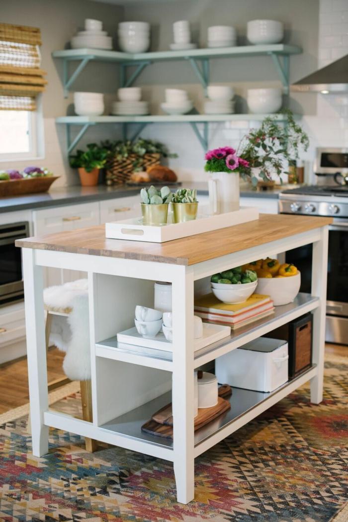 Moderne Küche mit Insel, weiß mit Holztheke, bunter Teppich Dekoration, Inneneinrichtung im Bohemischen Stil