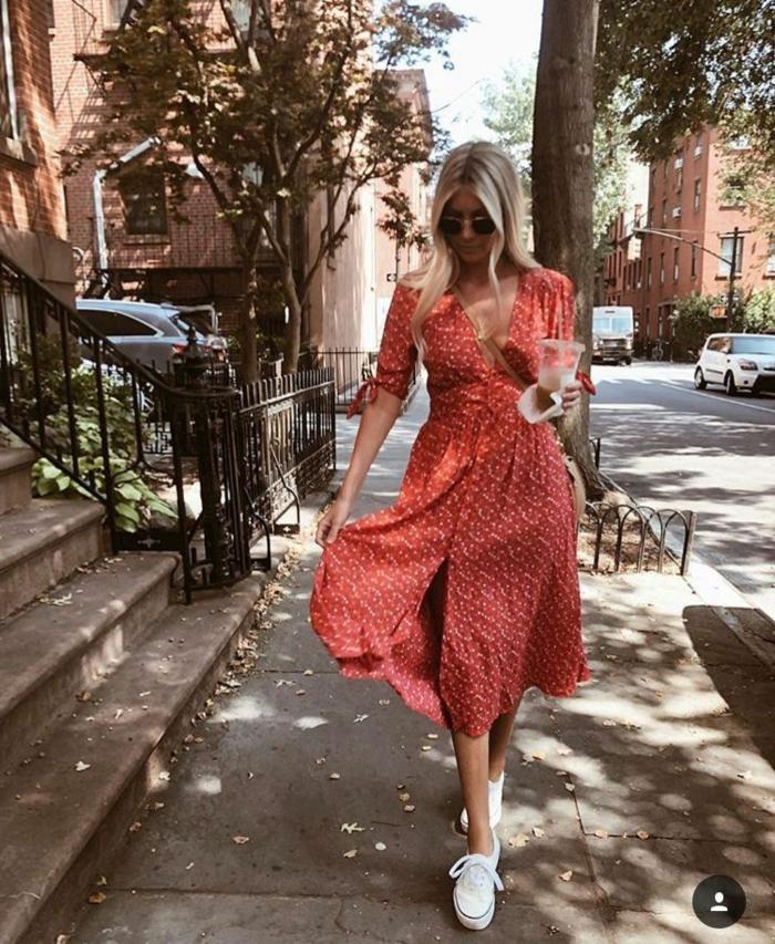 new york street style lange sommerkleider bequem und leger rotes kleid mit weißen pünktchen weiße sneakers