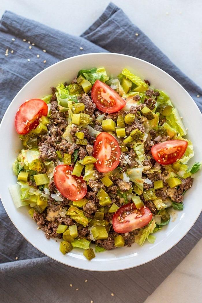 paleo dekonstruierte burger bowl was ist paleo ernährung gericht mit tomaten kopfsalat rinderhackfleisch gurken