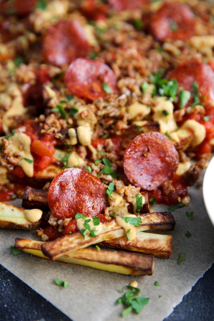paleo diät rezepte lecker pizza pommes mit würstchen und salami milchfreier käse