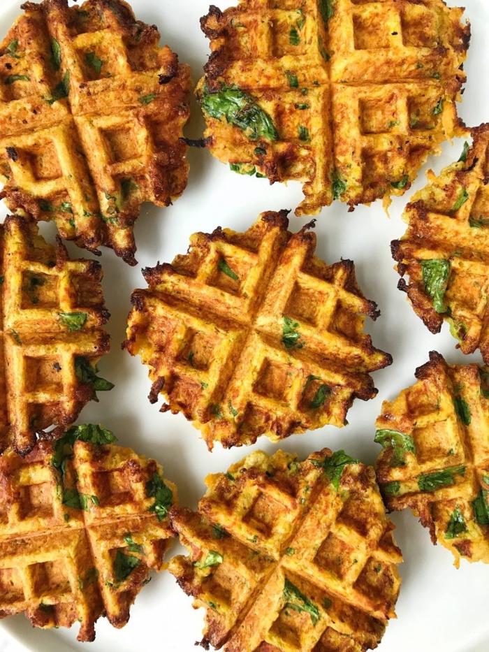 paleo ernährung frühstück veggie frühstückswaffeln mit spinat süßkartoffeln eier lecker kochen