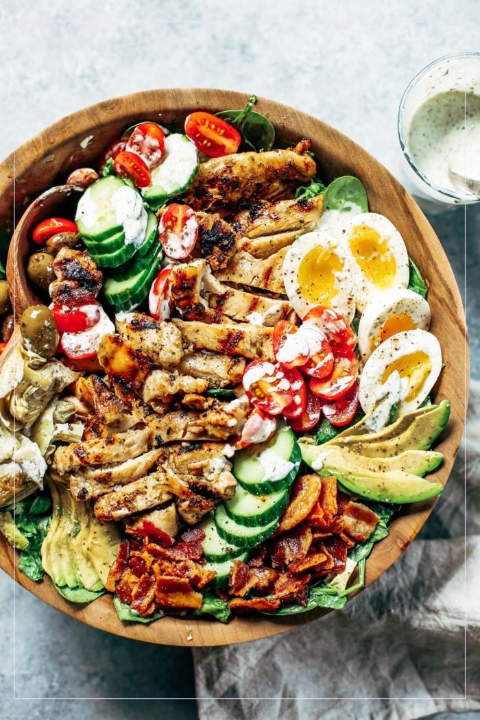 paleo ernährung rezepte gegrillter hühnchen caesar cobb salad eier avocado gurken tomaten