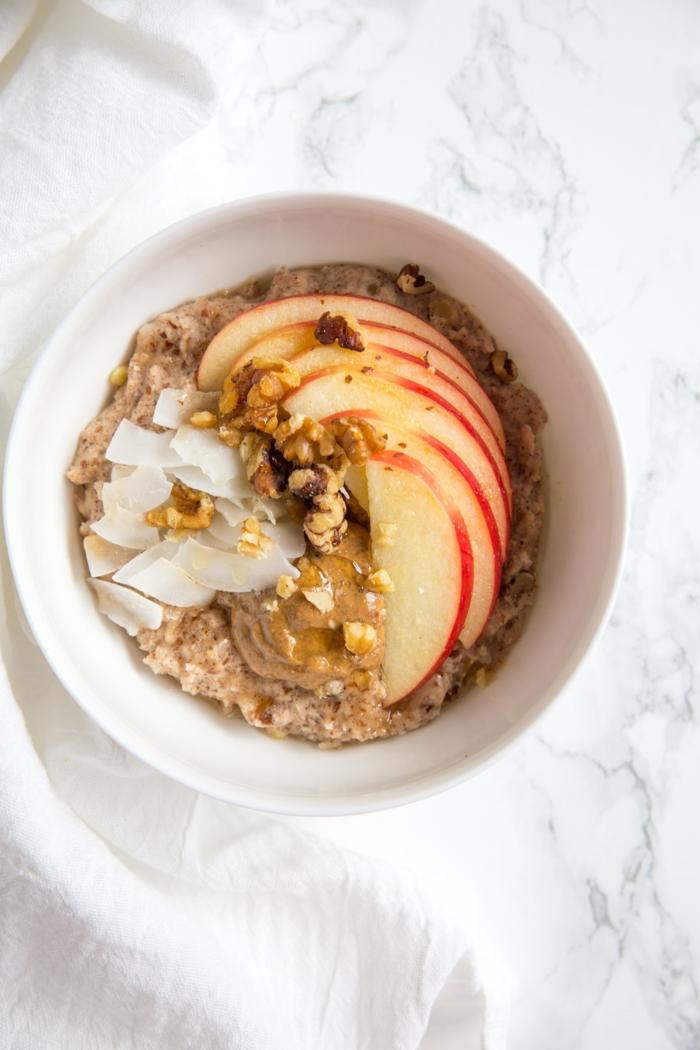 paleo frühstück leichte und gesunde rezepte haferflocken mit äpfeln kokosnuss flachs gesunde ernährung