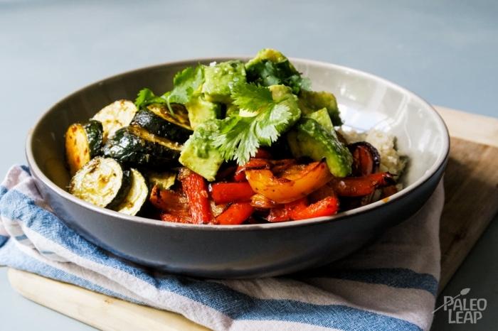 paleo gemüse burrito bowl paleo ernährung rezepte ideen und inspiration zum kochen runder teller mit gericht