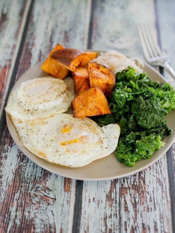 paleo vegetarisch frühstück mit süßkartoffeln gemüse und eier gesund leben und sich ernähren