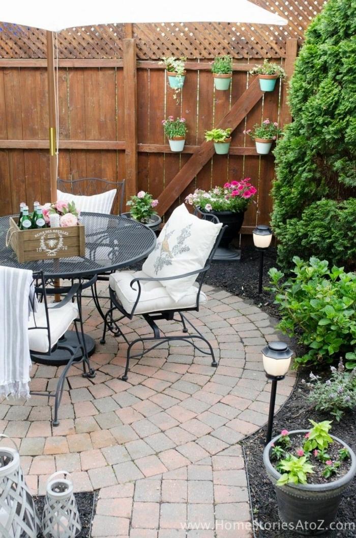 patio kleinen hinterhof ideen grüne pflanzen runder tisch mit stühle sichtschutz holz kleine pflanzer ideen gartengestaltung mit steinen