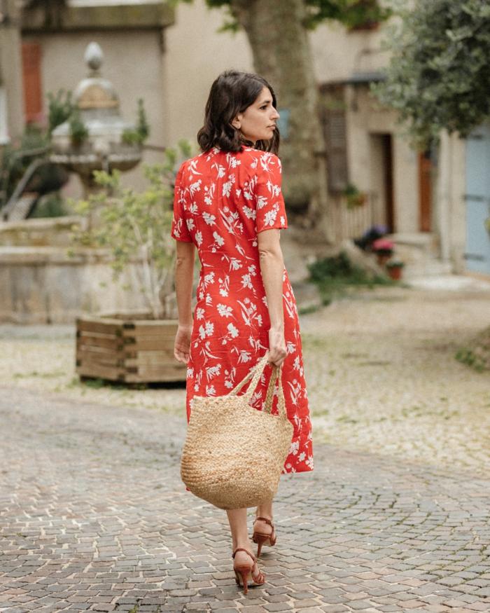 perfektes rotes kleid florale motive zara kleid paris street style französische inspiration große strohtasche vintage retro style leichtes sommerkleid