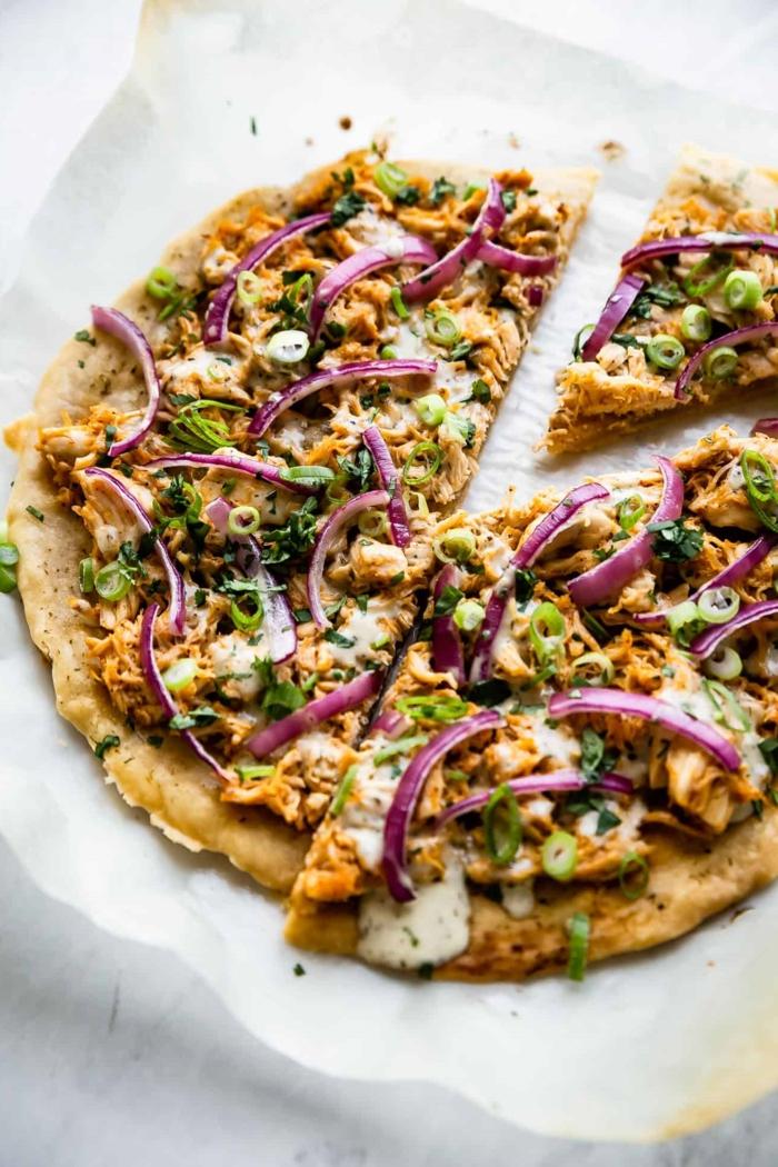 pizza selber zubereite mit büffel und gemüse paleo ernährung rezepte köstlich kochen