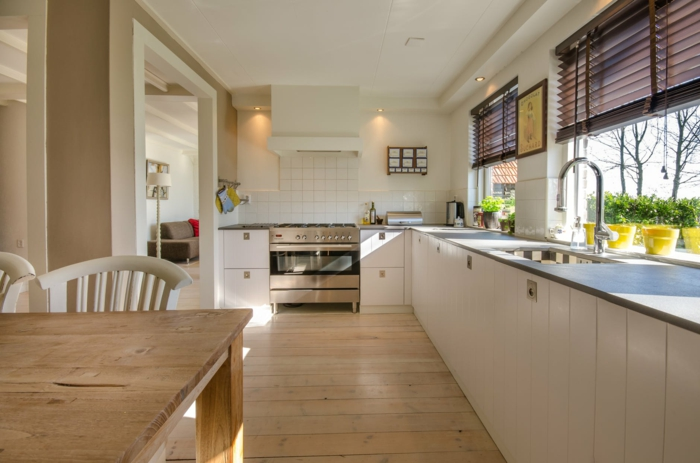 plissees für die küche, kücheneinrichtung ideen, küchengestaltung in weiß