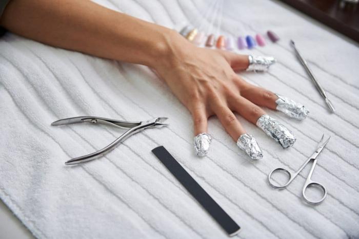produkte zum gelnägel selber entfernen finger umwickelt in alufolie kleine schere weißes tuch