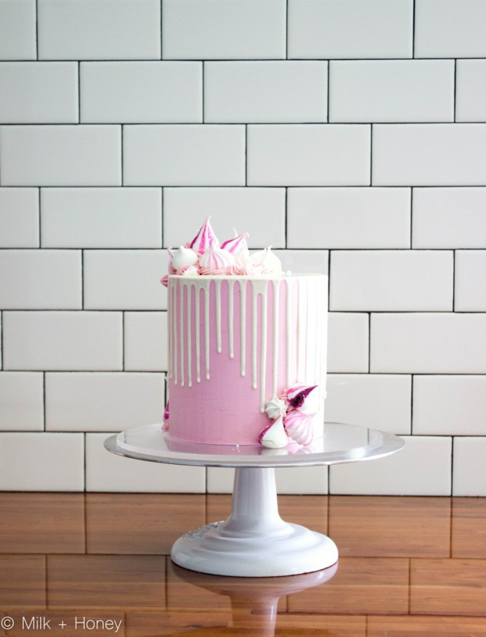 rosa torte drip cake selber machen, kuchen mit meringuen und weißer schokoalde