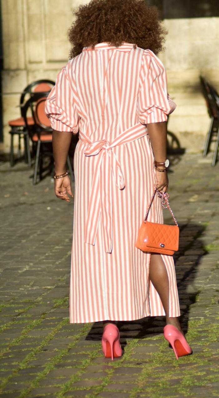 rot weiß gestreiftes langes kleid sommerkleider 2020 pinke high heels orange mini tasche moderne und trendige outfits
