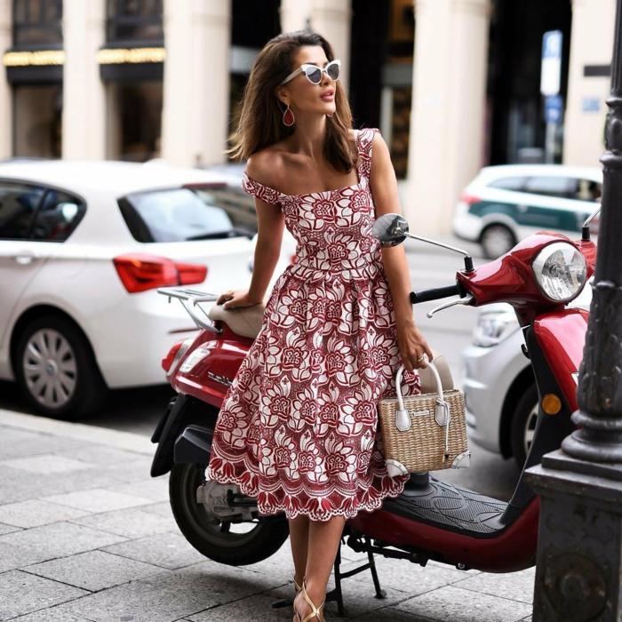rot weißes kleid sommerkleider lang elegant kleine strohtasche dame mit braunen haaren