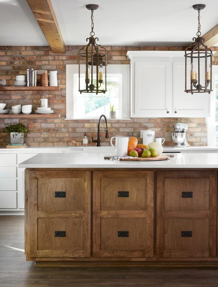 Mischung aus roter Backsteinwand und hölzerne Schränke, Küchen Ideen Bilder mit Kochinsel, Lampen mit Kerzen