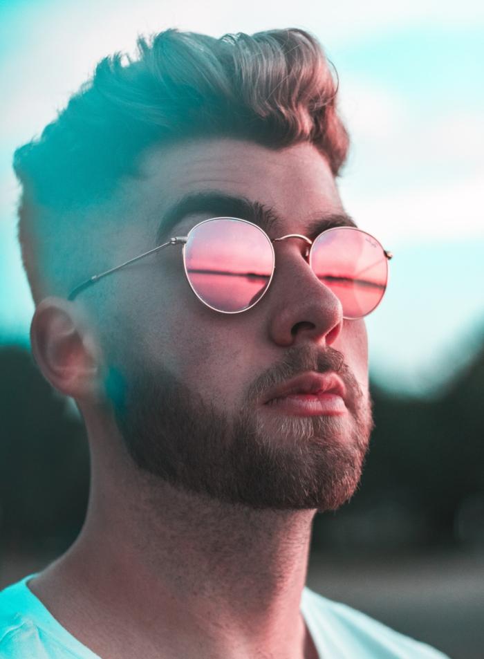 modische runde Sonnenbrillen mit pinken Gläsern, Frisurentrends 2020, Mann mit Undercut Frisur und kurzem Bart