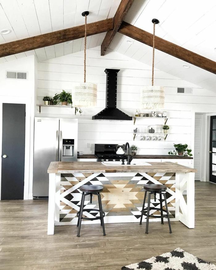 Kochinsel mit integriertem Esstisch, Einrichtung im minimalistischen Stil mit bohemischen Elementen, große Holzbalken