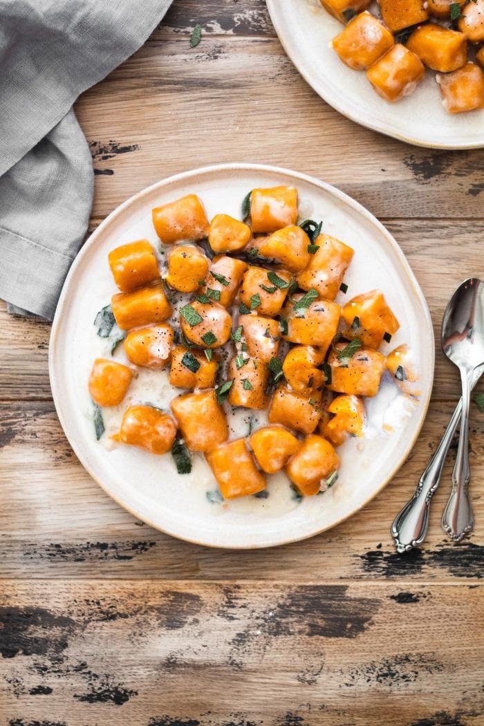 süßkartoffel gnochi paleo ernährungsplan weißer teller gesunde ernährung gesundes leben vegan und gluten frei