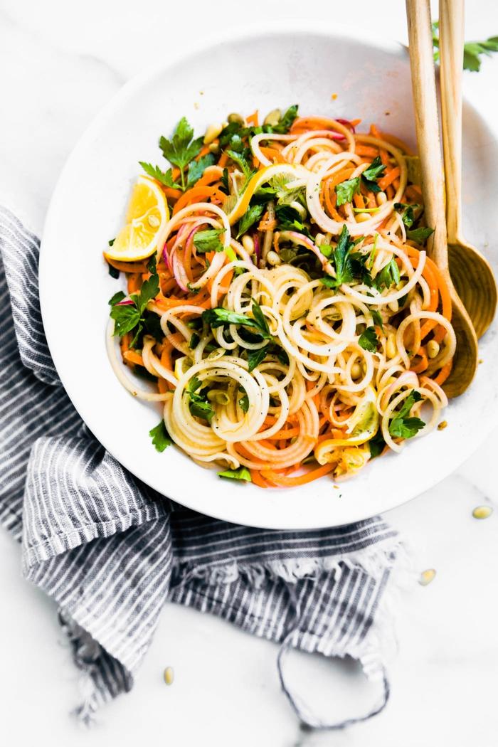 salat mit karrotten knollensellerie paleo lebensmittel gesunde ernährung leckere gerichte zubereiten