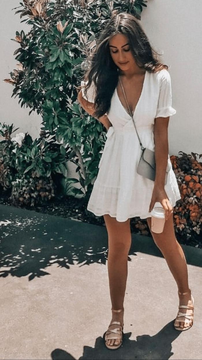 schicke sommerkleider kurzes weißes kleid mini tasche goldenen sandalen eleganter und schlichter styling