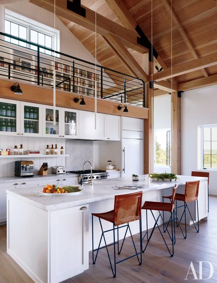 große weiße Küche in Kombination mit Holztönen, Küchen Ideen modern mit Kochinsel mit Sitzgelegenheit