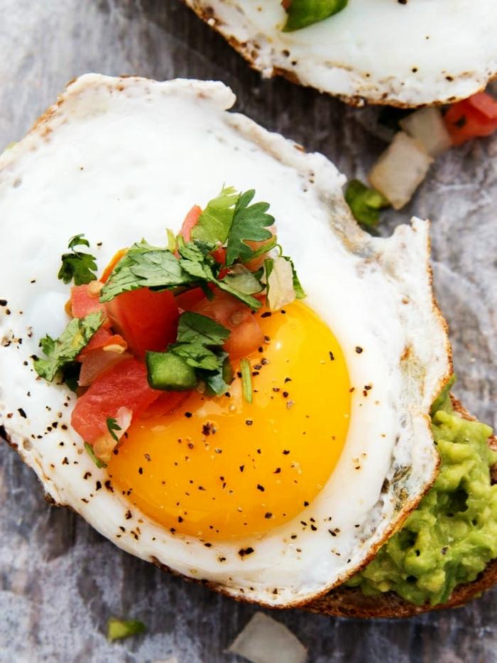 schwanger essen ideen frühstück für schwangere toast mit avocado ei und tomatensalaza