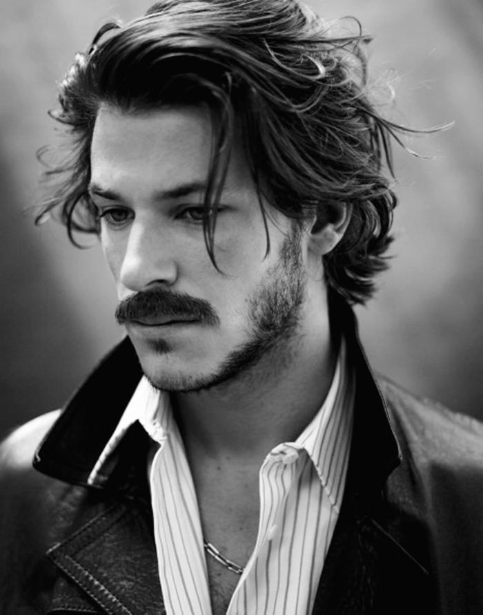 legere angezogener Man im schwarzen Jackett und gestreiftem Hemd, Haarschnitt lange Haare 2020, kurzer Bart mit Schnurrbart