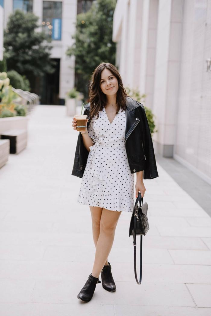 schwarze lederjacke und weißes kleid mit pünktchen stiefel outfit ideen damenkleider sommer