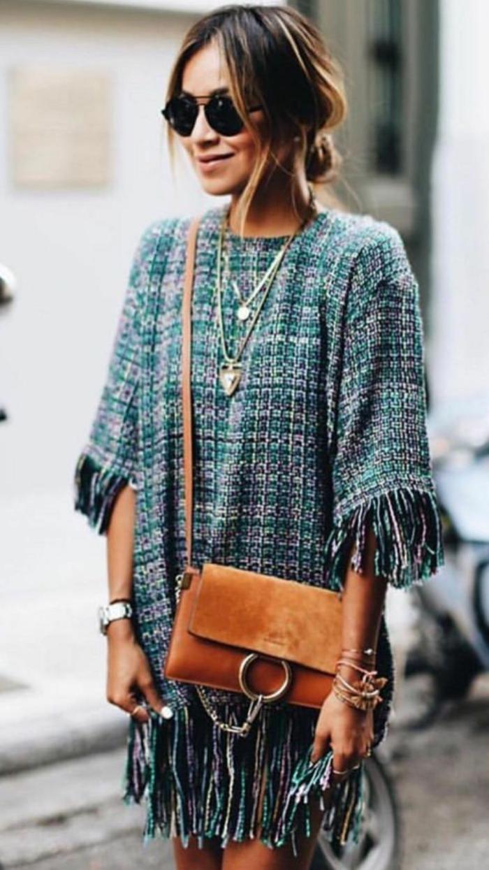 sincerely jules julie sirinana weite grün blaues kleid kleine braune tasche elegante halsketten sommerkleider knielang