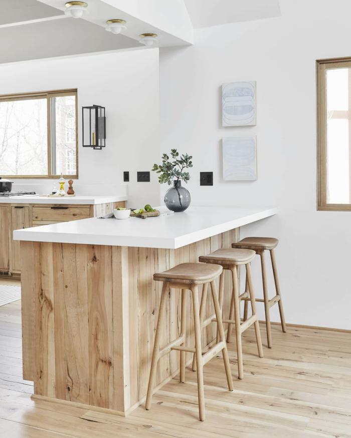 Interior Design im skandinavischen Stil, helle Farben mit Holztönen, kleine Küche mit Fenster, Kücheninsel mit Tisch