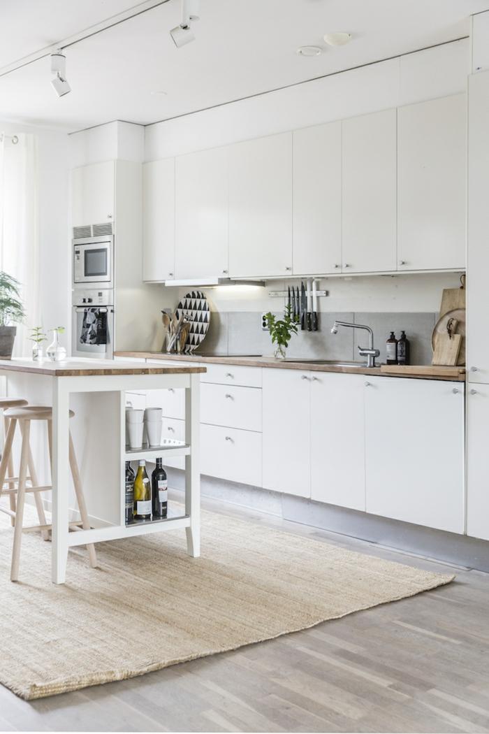 Küchen Ideen modern mit kleinem Kücheninsel, Einrichtung im skandinavischen Stil mit weißen Schränken,