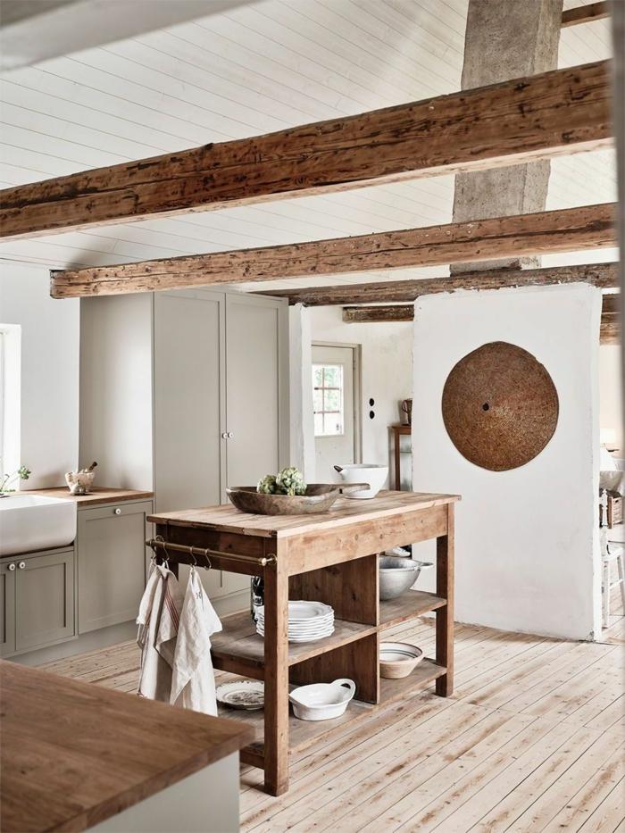 Küche gestaltet im skandinavisch minimalistischen Stil, Holztöne und hellgraue Schränke, rustikale Inneneinrichtung, Ikea Kücheninsel