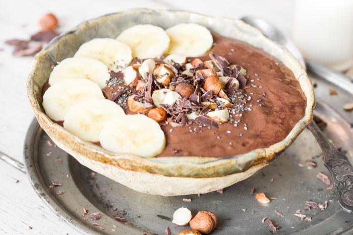 smoothie bowl mit haselnüsse schokolade und bananen paleo ernährung frühstück
