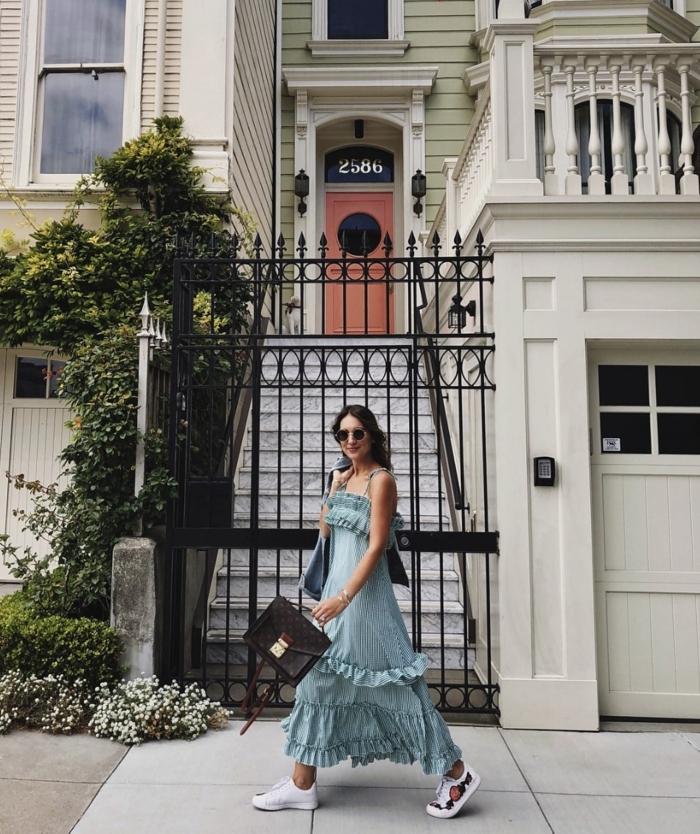 sommer outfit inspiration langes blaues kleid sommer kleidung damen schwarze tasche und weiße sneakers