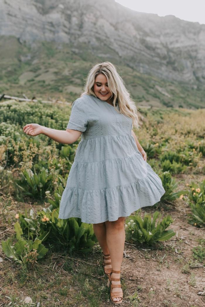 sommerkleid knielang blassgrünes kleid braune sandalen legeres outfit lange blonde haare