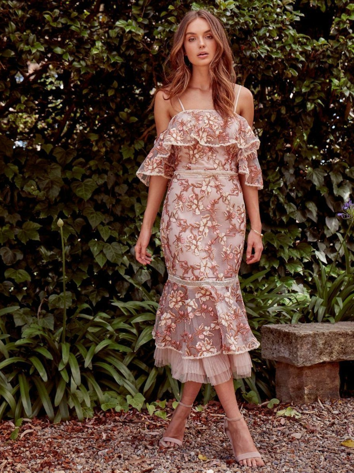 sommerkleid lang elegant rosa bestrickt mit blumen figurumspielende kleider frisur mit leichten wellen sandalen mit absatz