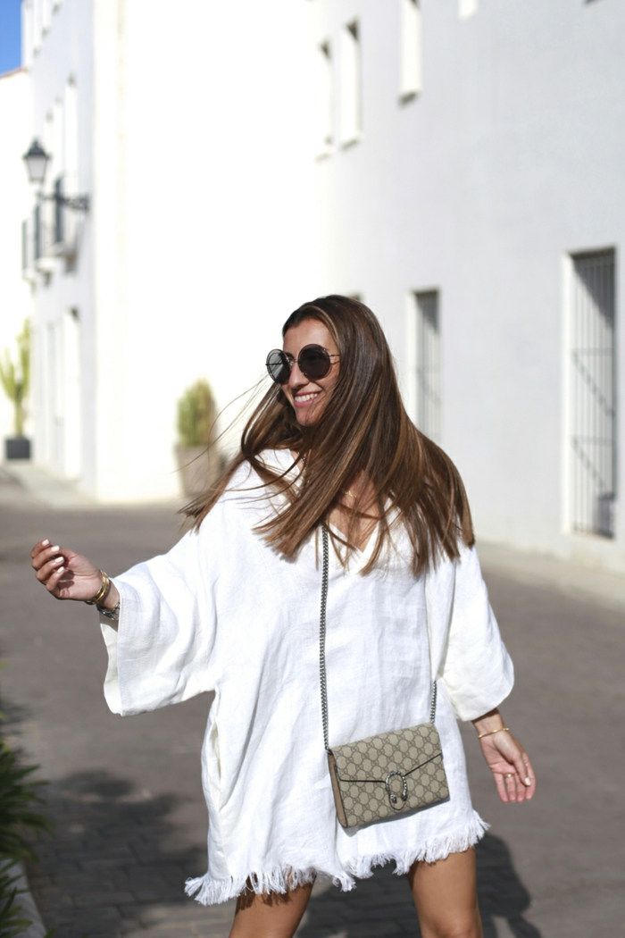 sommerkleider 2020 legeres weißes kleid kleidn umhänge tasche dame mit braunen haaren runde sonnenbrillen