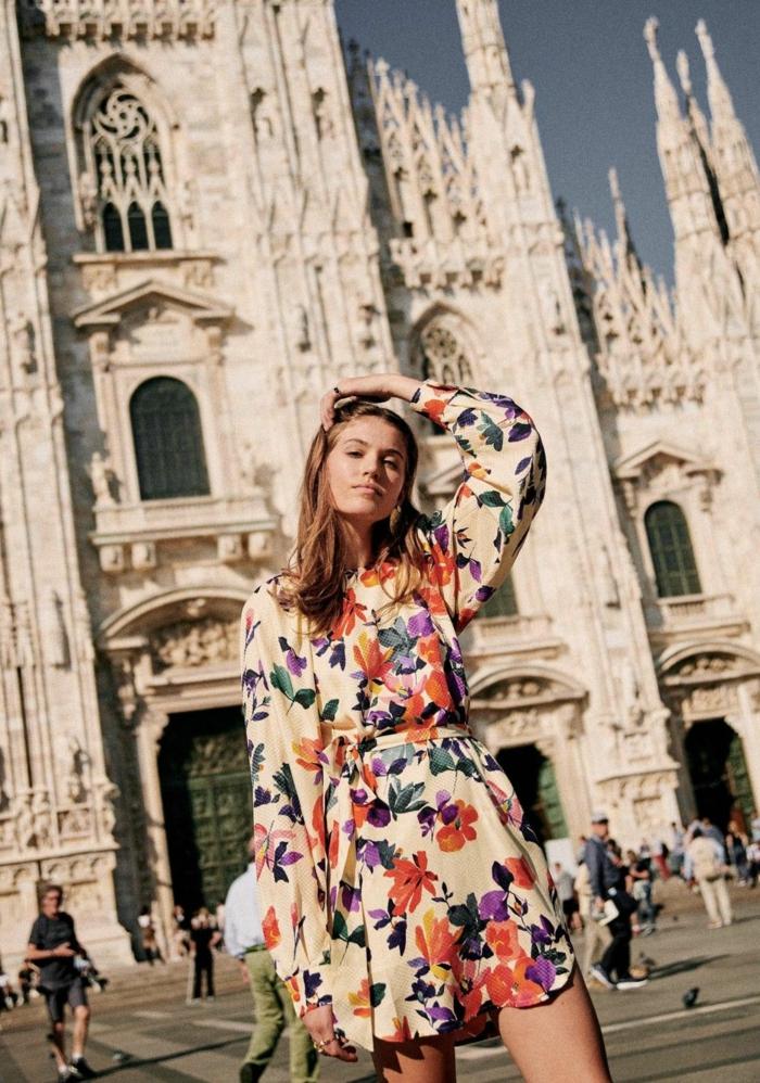sommerkleider dame street style milano kurzes kleid mit bunten blumen und langen ärmeln