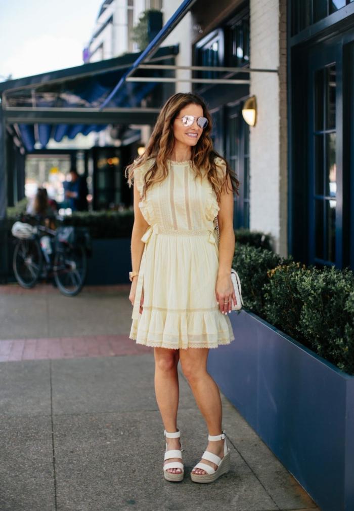 sommerkleider knielang elegantes weißes kleid a linie street style inspiration schuhe mit keilabsatz