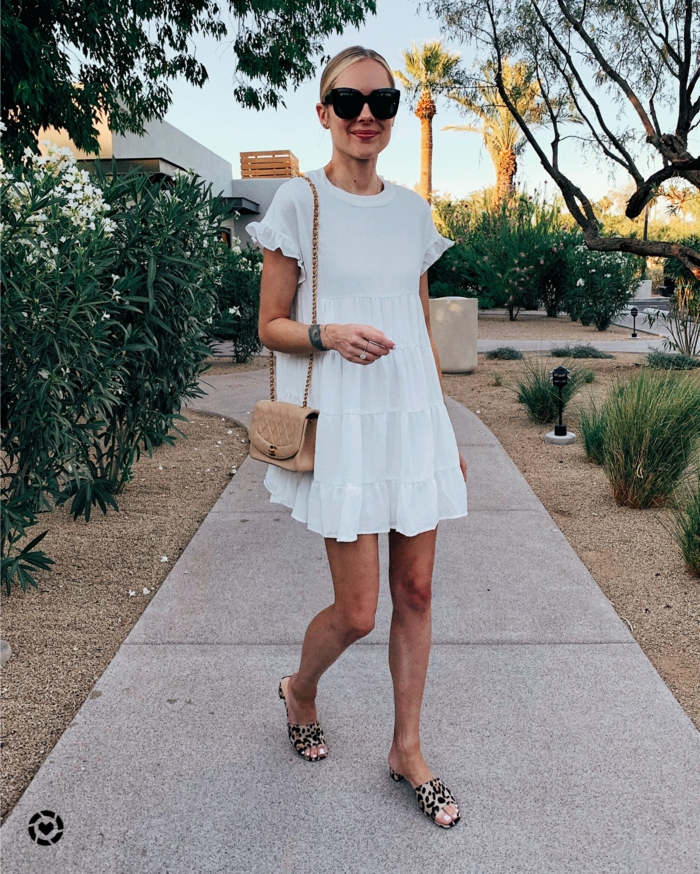 sommerkleider knielang simples weißes kurzes kleid trends sommer 2020 kleine beige tasche elegante sandalen