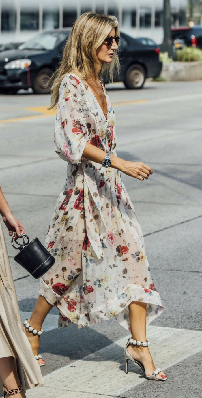 sommerkleider lang elegant weiß mit roten blumen styling mit highheels street style inspiration frau mit blonden haaren
