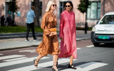 sommerkleider street style zwei frauen in langen kleidern pink und ocker sommer kleidung damen stylish und bequem