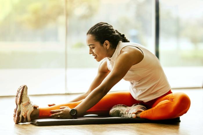 sport und ernährung gesunder lifestyle wichige tipps für frainierende frau gym sportstudio besuchen