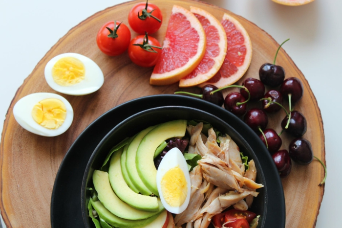 sport und ernährung was müssen trainierende menschen essen healthy bowl proteine eier cherry tomaten kohlehydrate