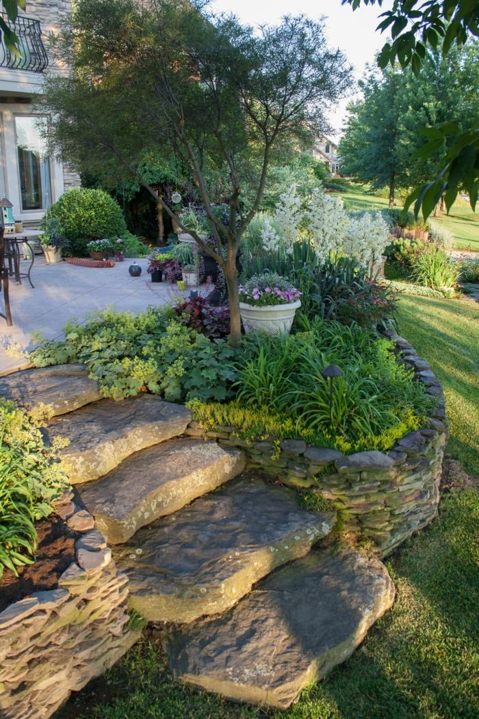 steinbeet anlegen großes haus mit garten und grünen pflanzen deko ideen mit steinen im garten